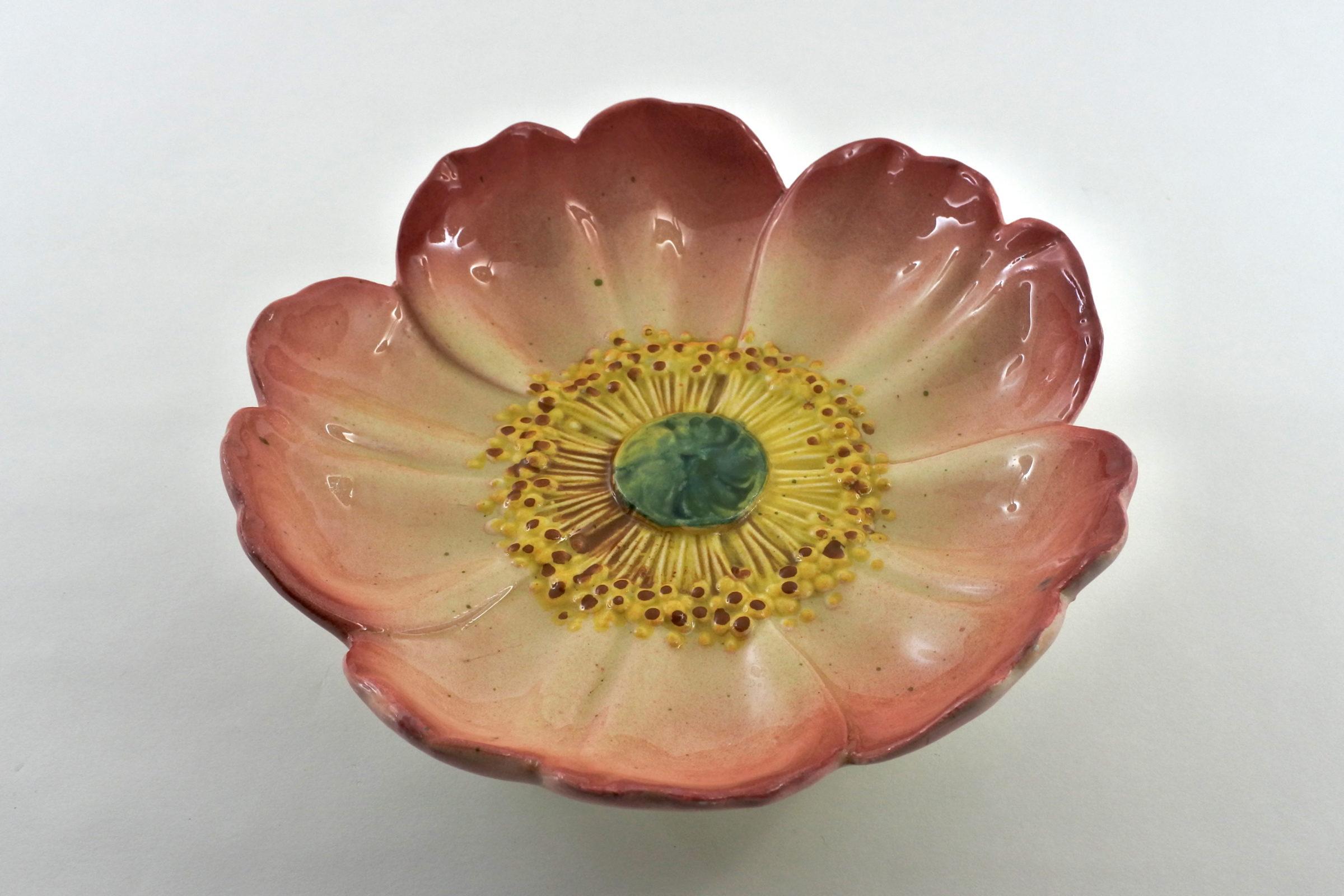 Alzatina Jérôme Massier Fils in ceramica barbotine a forma di anemone