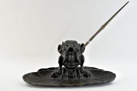 Calamaio in bronzo con grottesca
