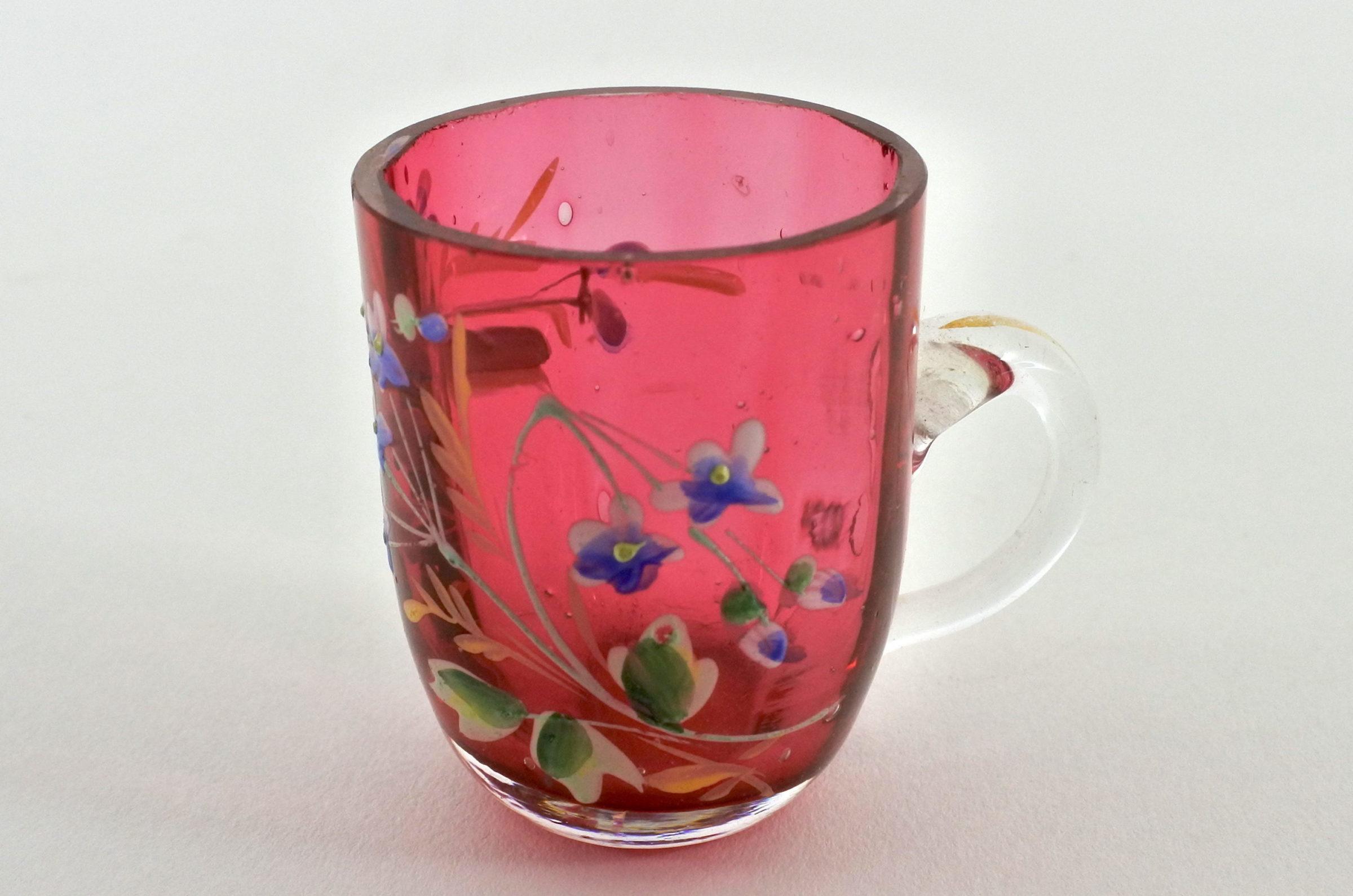 Bicchierino con manico in vetro rosso soffiato e smalti