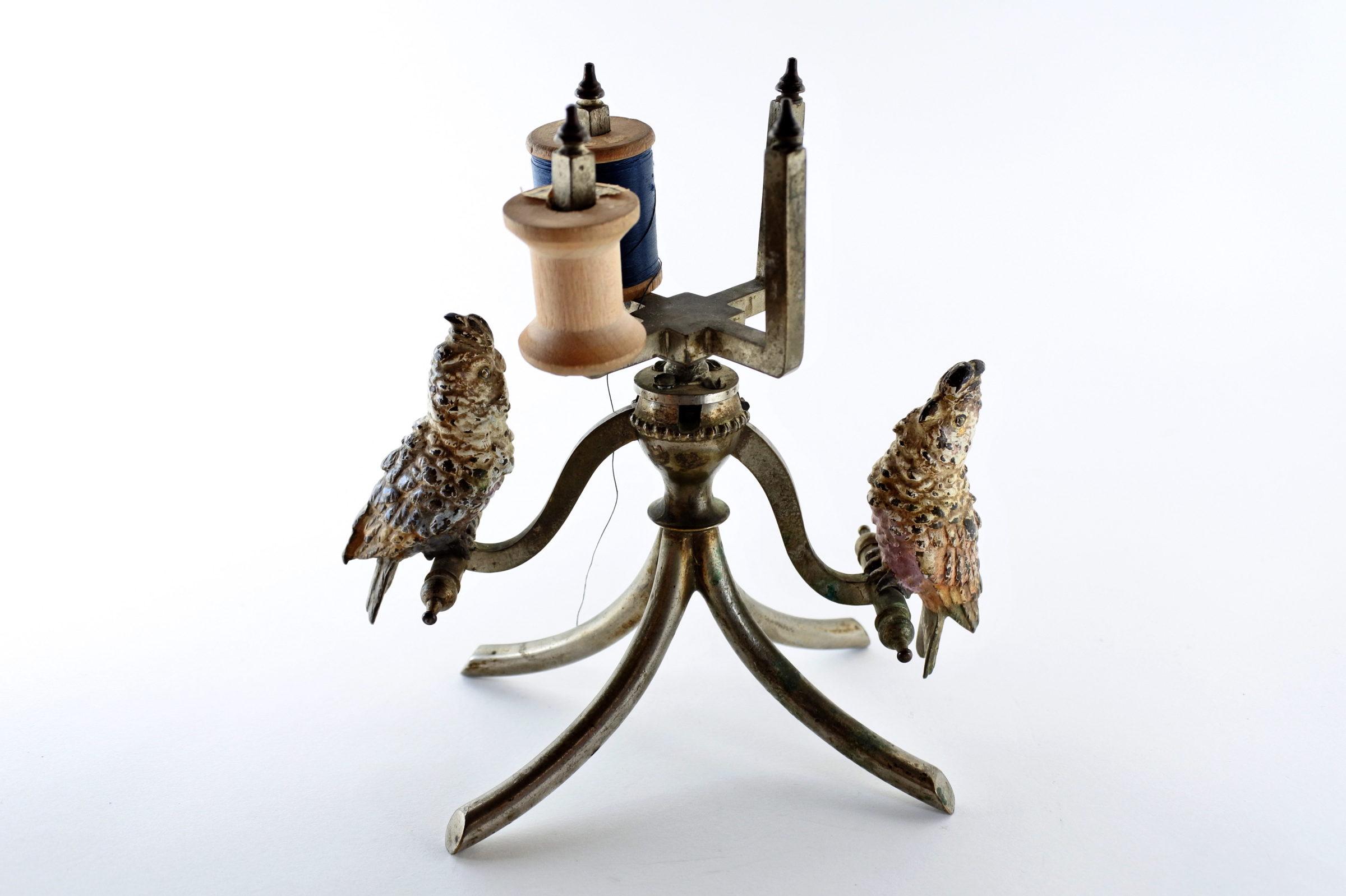 Bronzo di Vienna - Pappagalli su trespolo portarocchetti