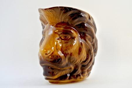Brocca in ceramica barbotine a forma di leone