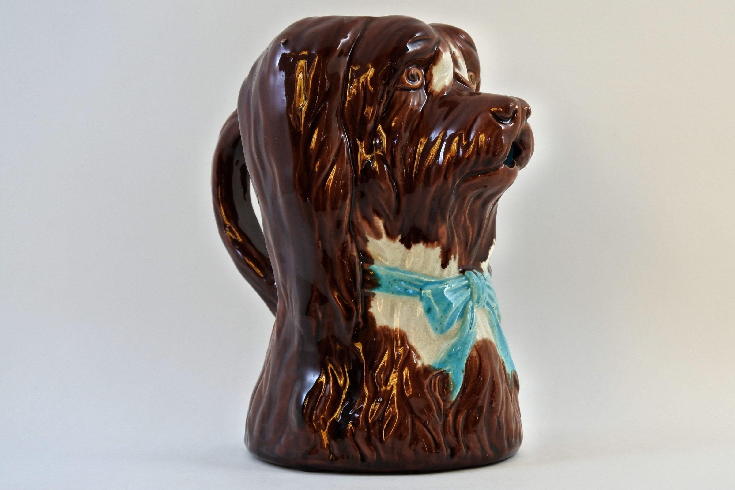 Brocca in ceramica barbotine a forma di cane con fiocco azzurro - 4