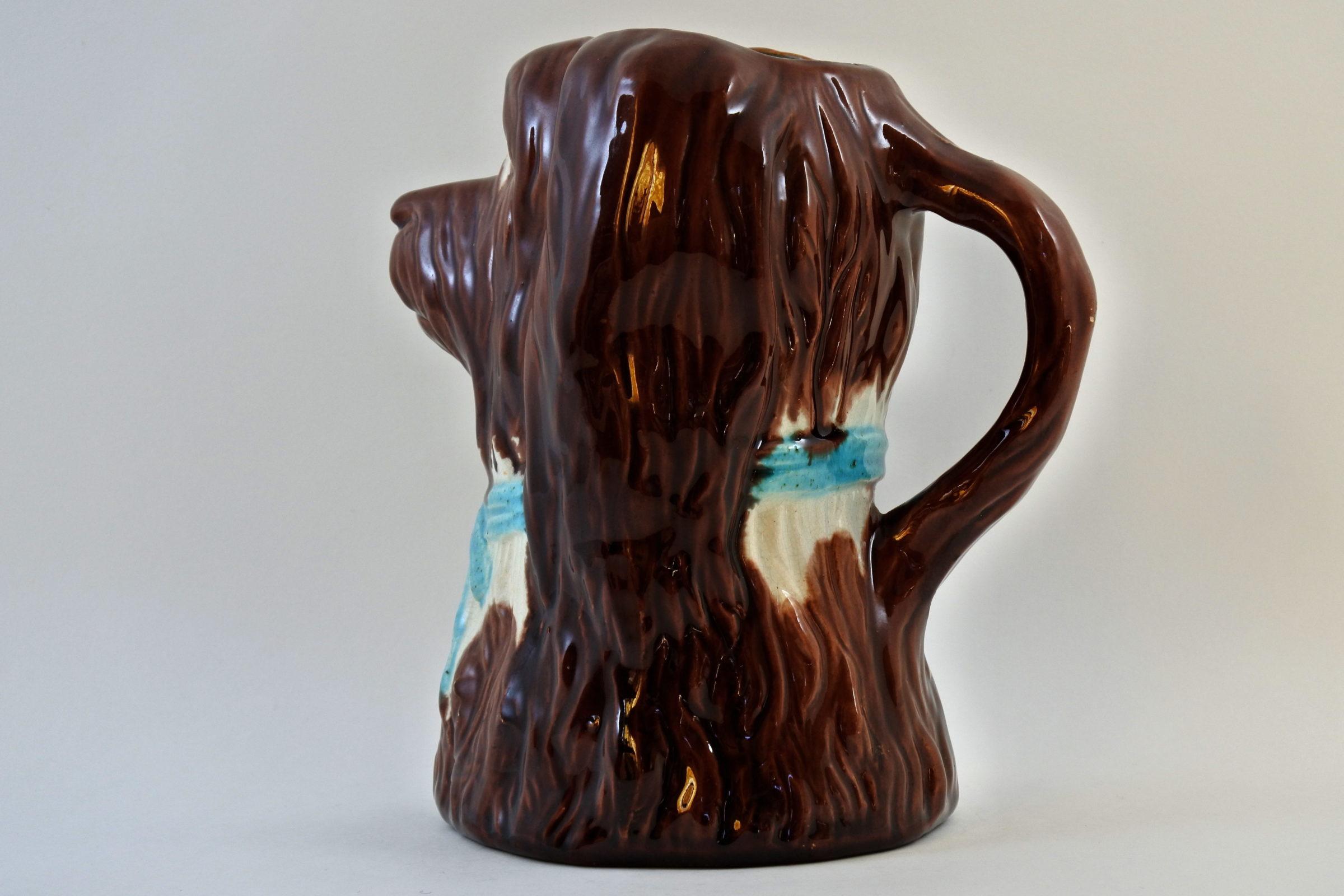 Brocca in ceramica barbotine a forma di cane con fiocco azzurro - 2