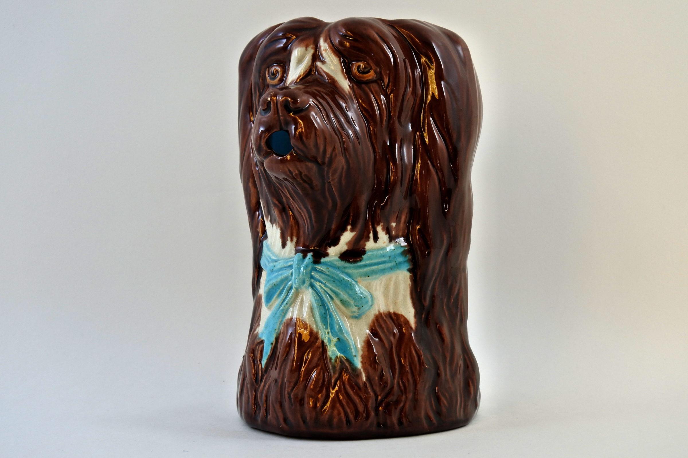 Brocca in ceramica barbotine a forma di cane con fiocco azzurro