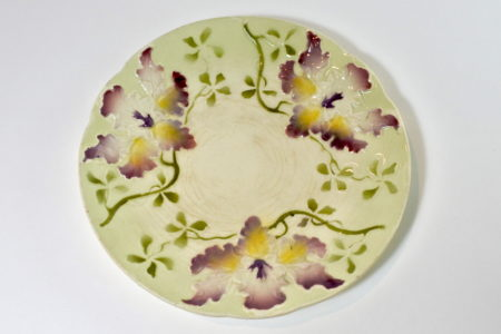 Piatto in ceramica barbotine con orchidee