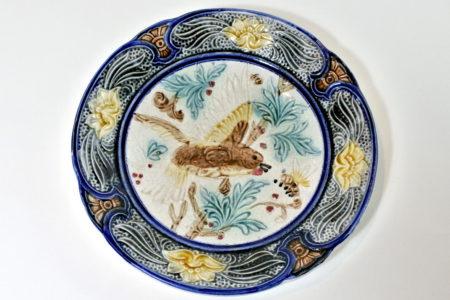 Piatto in ceramica barbotine con uccellino