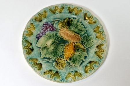 Piatto in ceramica barbotine con uva - Sarreguemines - Diametro 21,2 cm