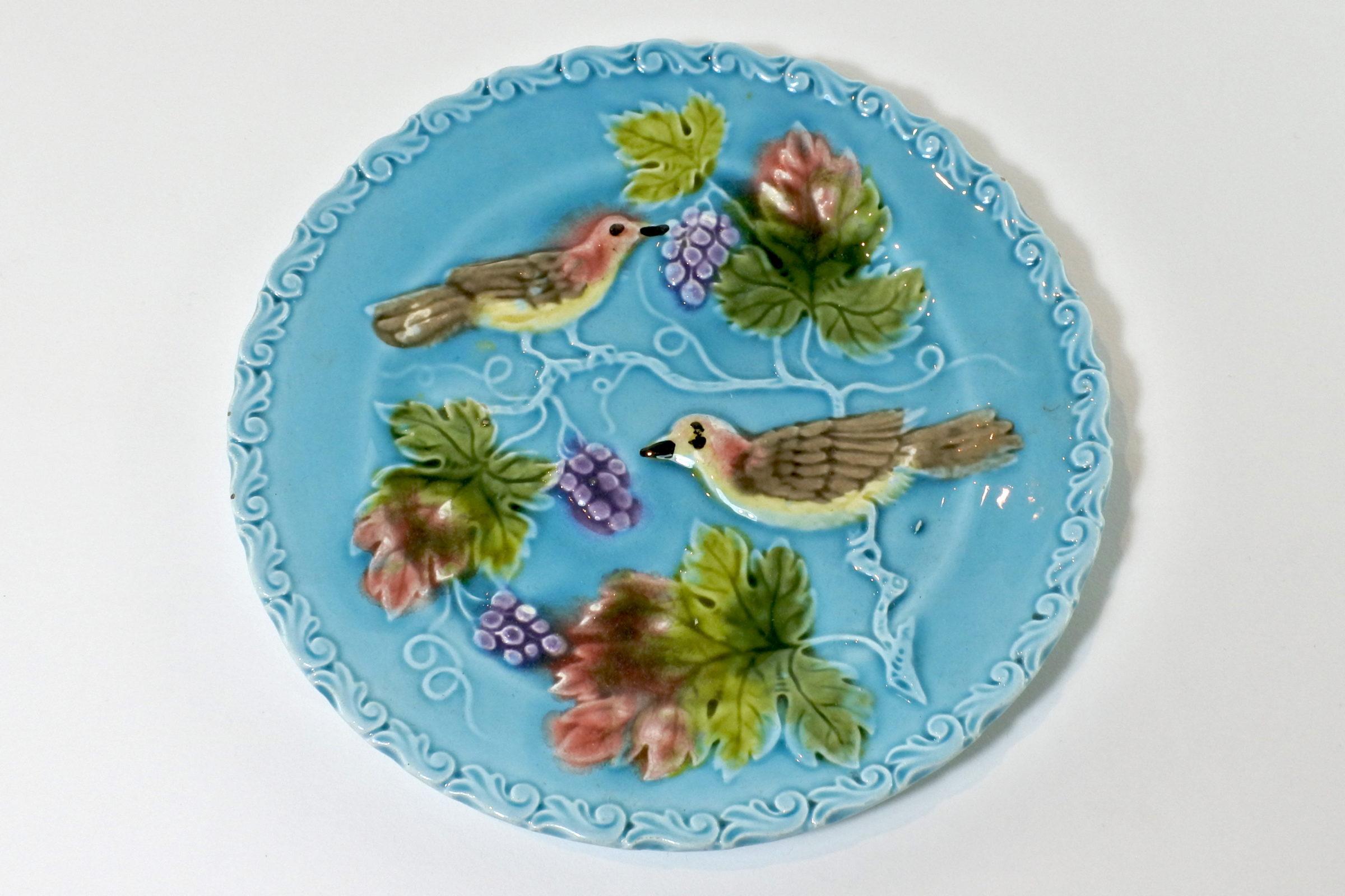 Piatto in ceramica barbotine con uccellini e uva