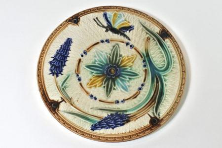 Piatto in ceramica barbotine con fiori e farfalla