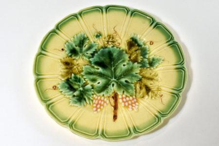 Piatto in ceramica barbotine con uva - Sarreguemines - Diametro 19,3 cm