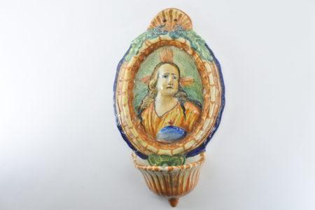 Acquasantiera in ceramica del XIX° secolo con busto di Cristo policromo