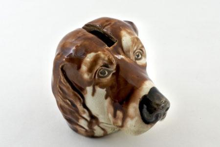 Salvadanaio in ceramica barbotine a forma di cane