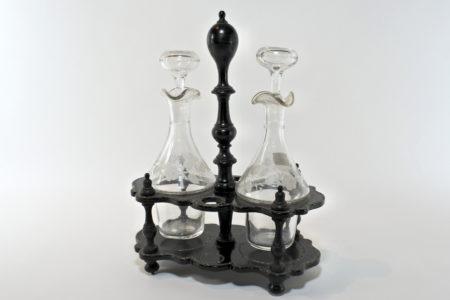 Oliera in papier-mâché e madreperla con ampolle in vetro soffiato molato