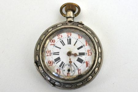 Orologio da tasca in argento con incisione di locomotiva a vapore