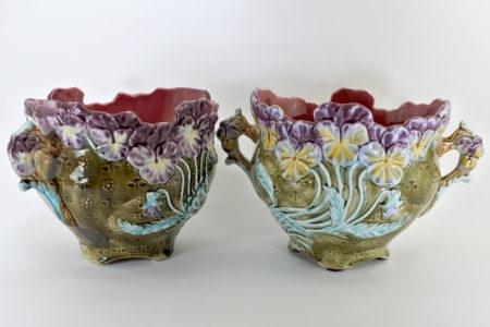 Coppia di cache pot in ceramica barbotine con viole del pensiero - Pensées