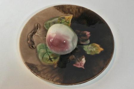 Piatto in ceramica barbotine con mela in rilievo