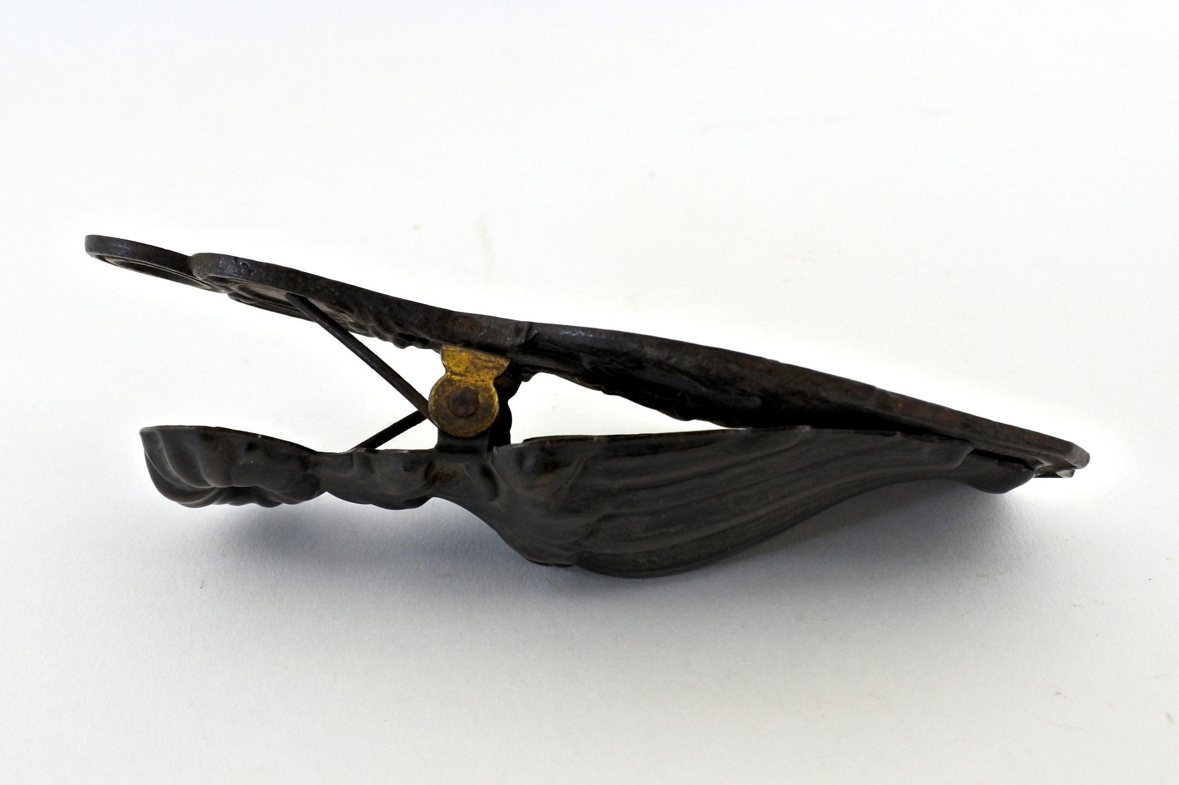 Pinza fogli in ottone e ferro a forma di manina - 2