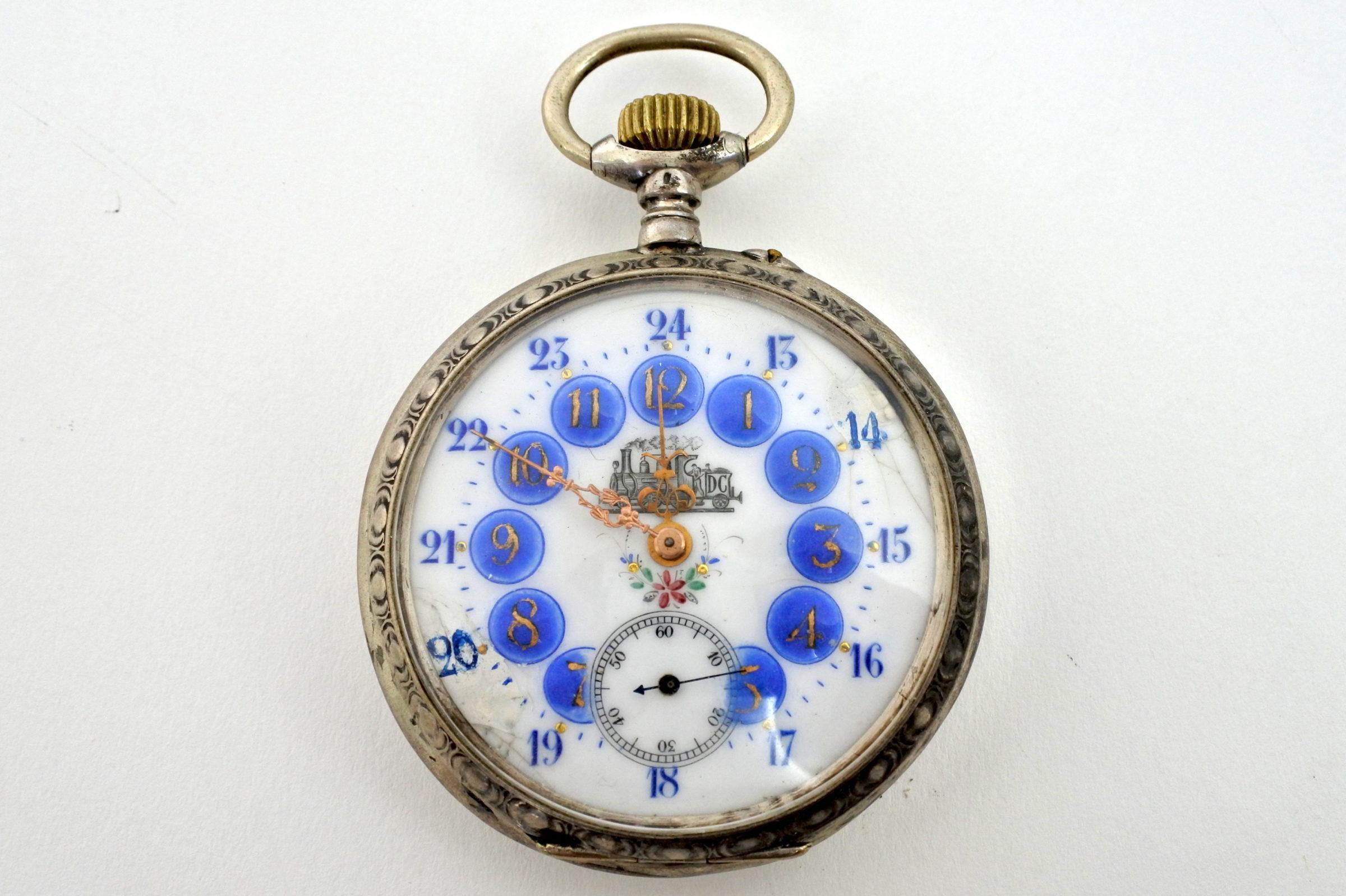 Orologio da tasca in argento con treno su quadrante