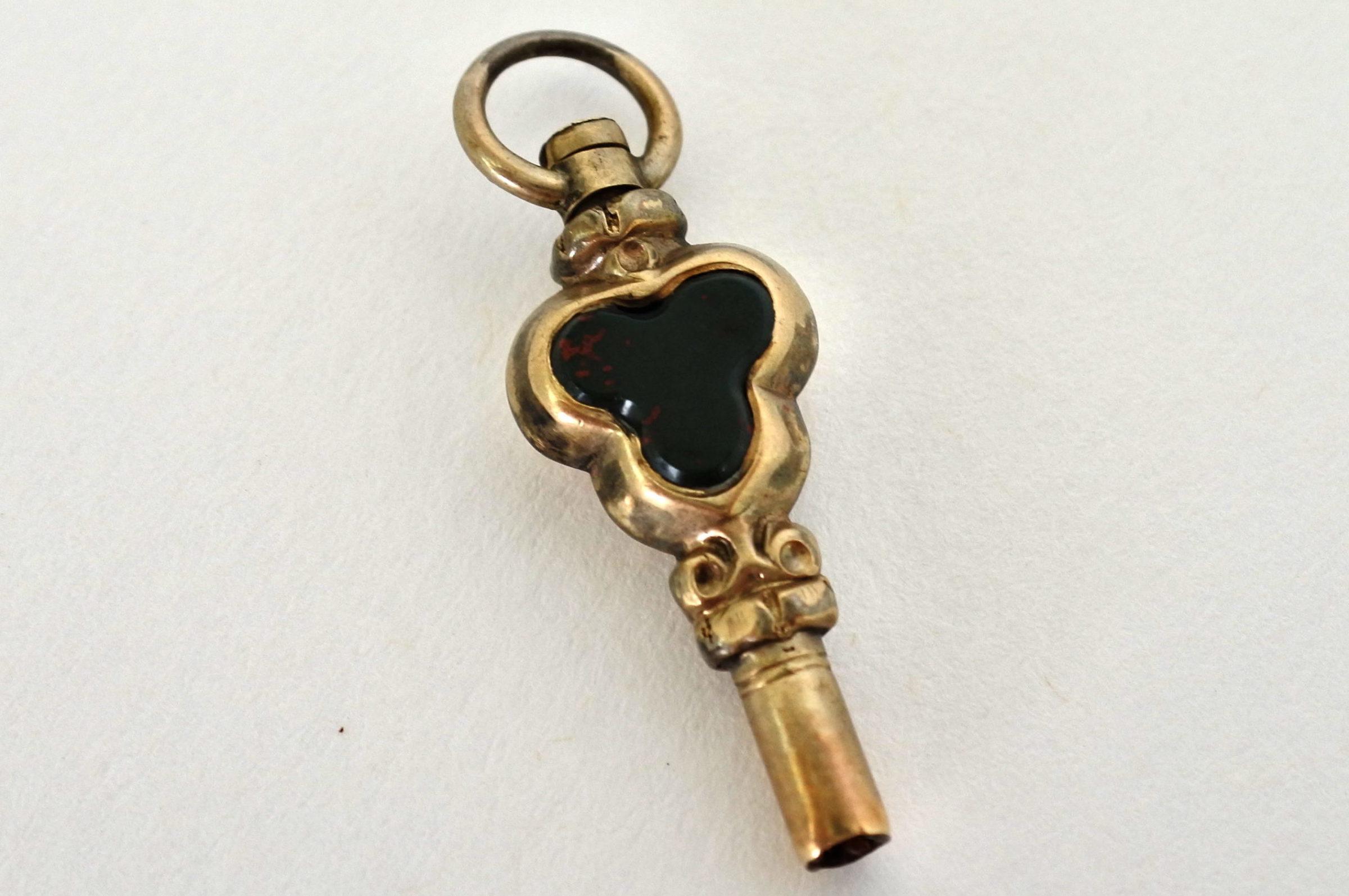 Chiavetta per orologio da tasca in argento con pietre dure