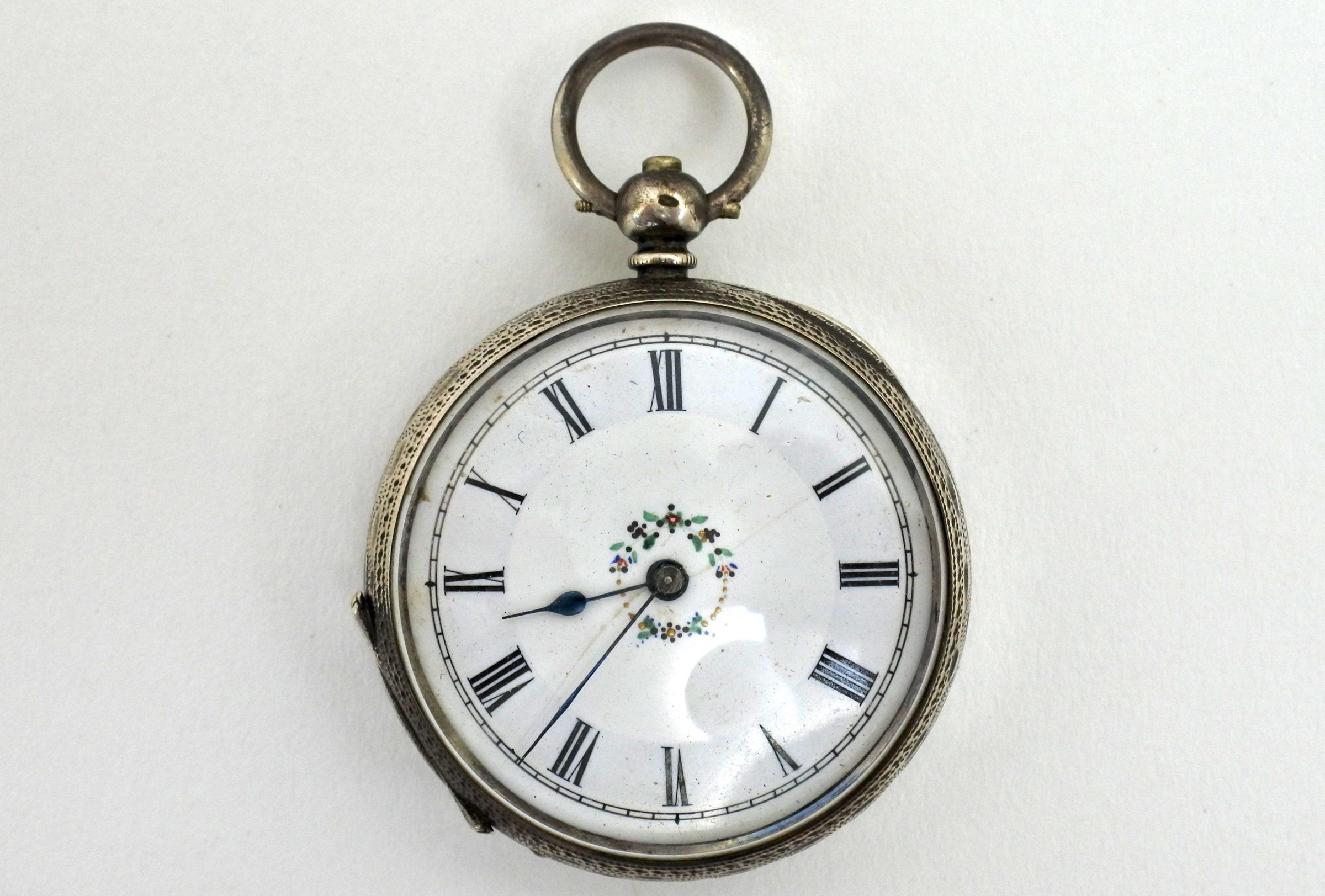 Orologio da tasca in argento con carica a chiavetta. Diametro cassa 40 mm