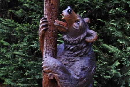 Orso in legno scolpito foresta nera con funzione di portamantelli e portaombrelli