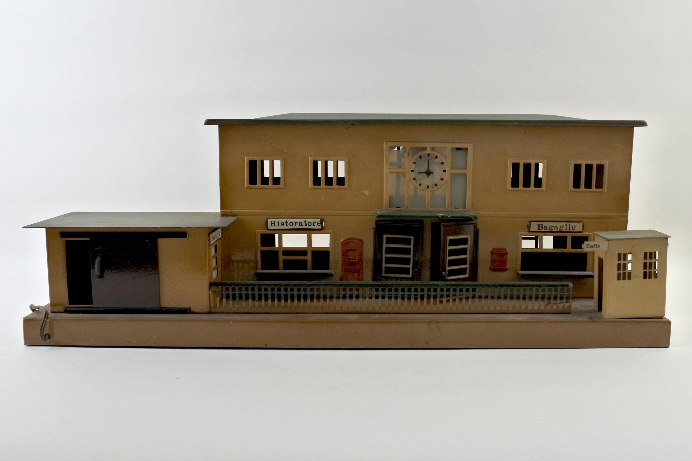 Antica stazione dei treni con ristorante e zona bagagli in latta policroma - Marklin