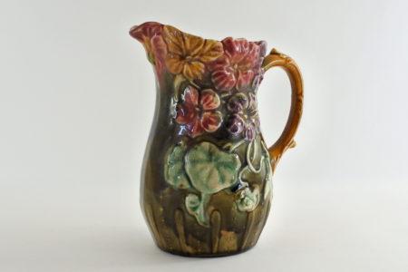 Brocca in ceramica barbotine con nasturzi