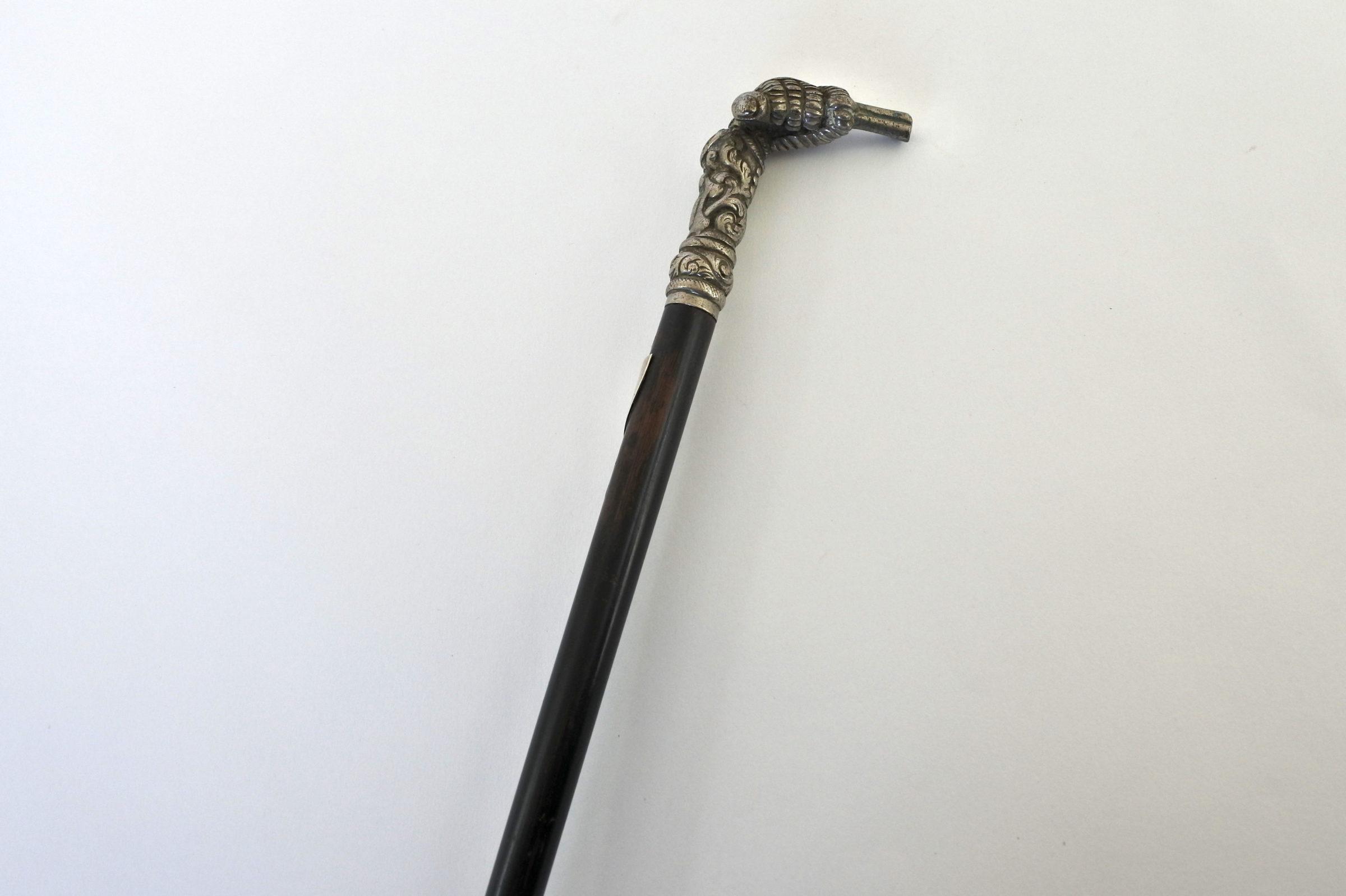 Bastone con impugnatura in metallo argentato a forma di mano con pistola - 3