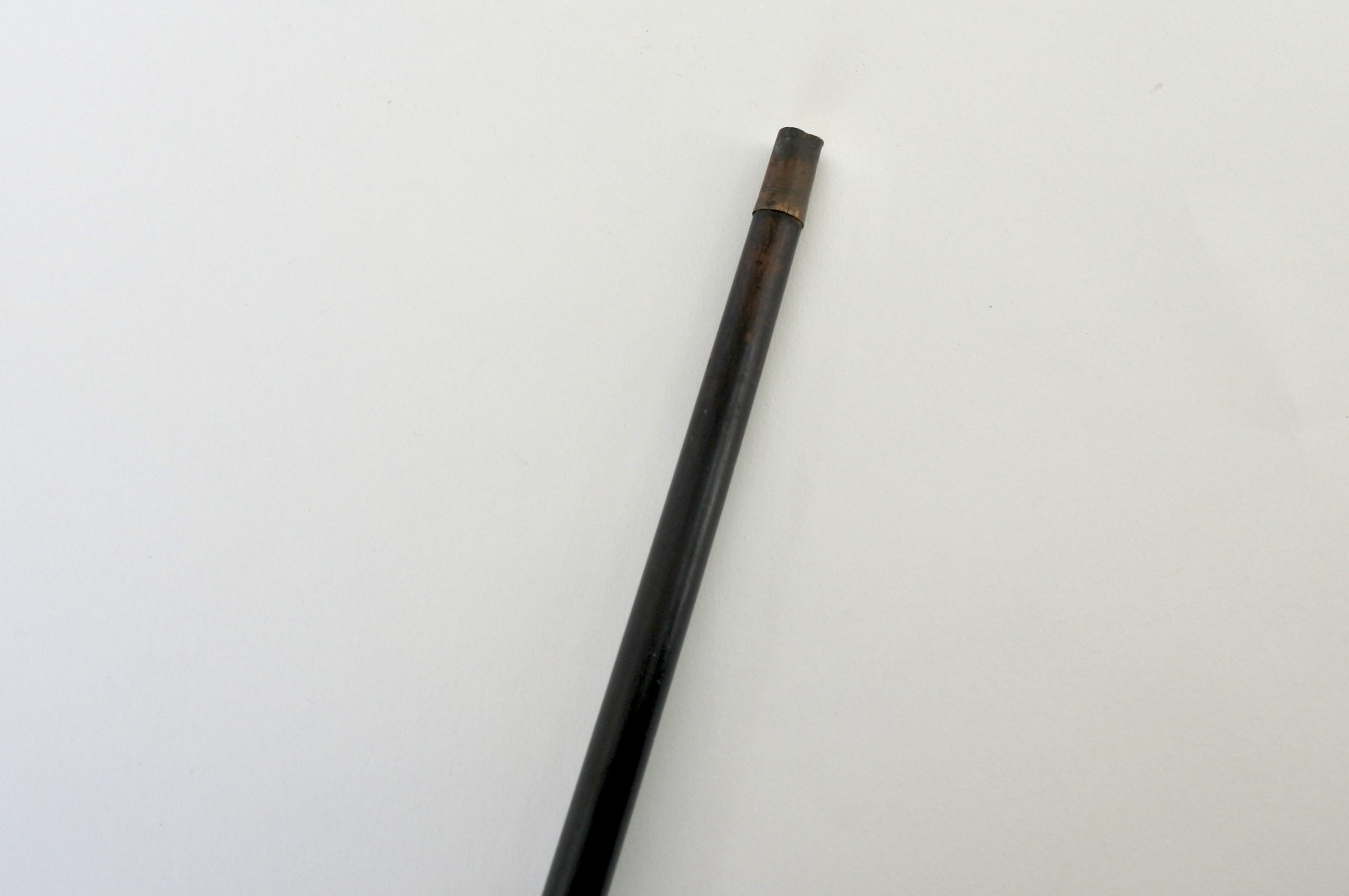 Bastone con impugnatura in metallo argentato a forma di mano con pistola - 5