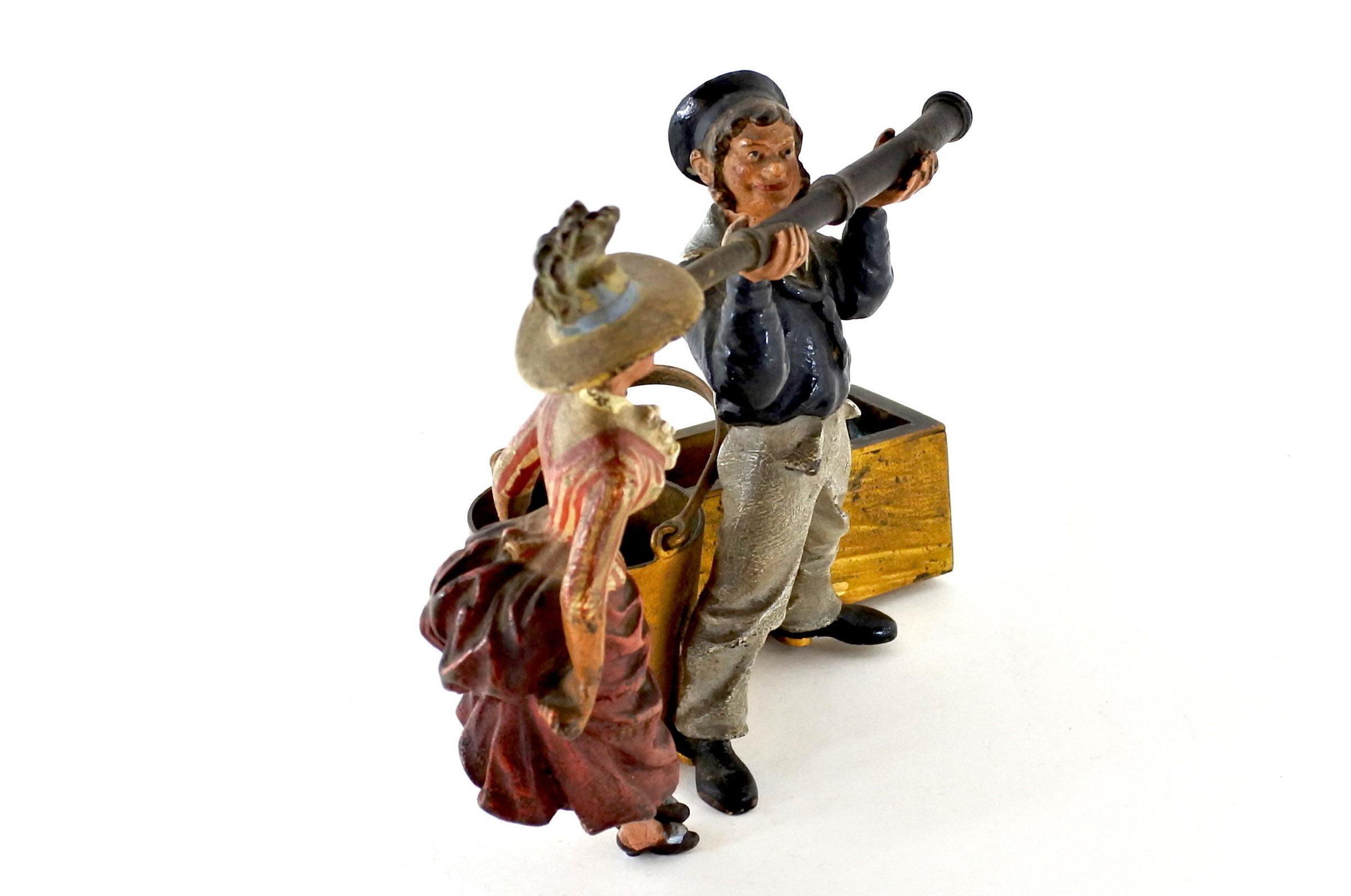 Bronzo di Vienna policromo - Donna con cannocchiale e marinaio - 2