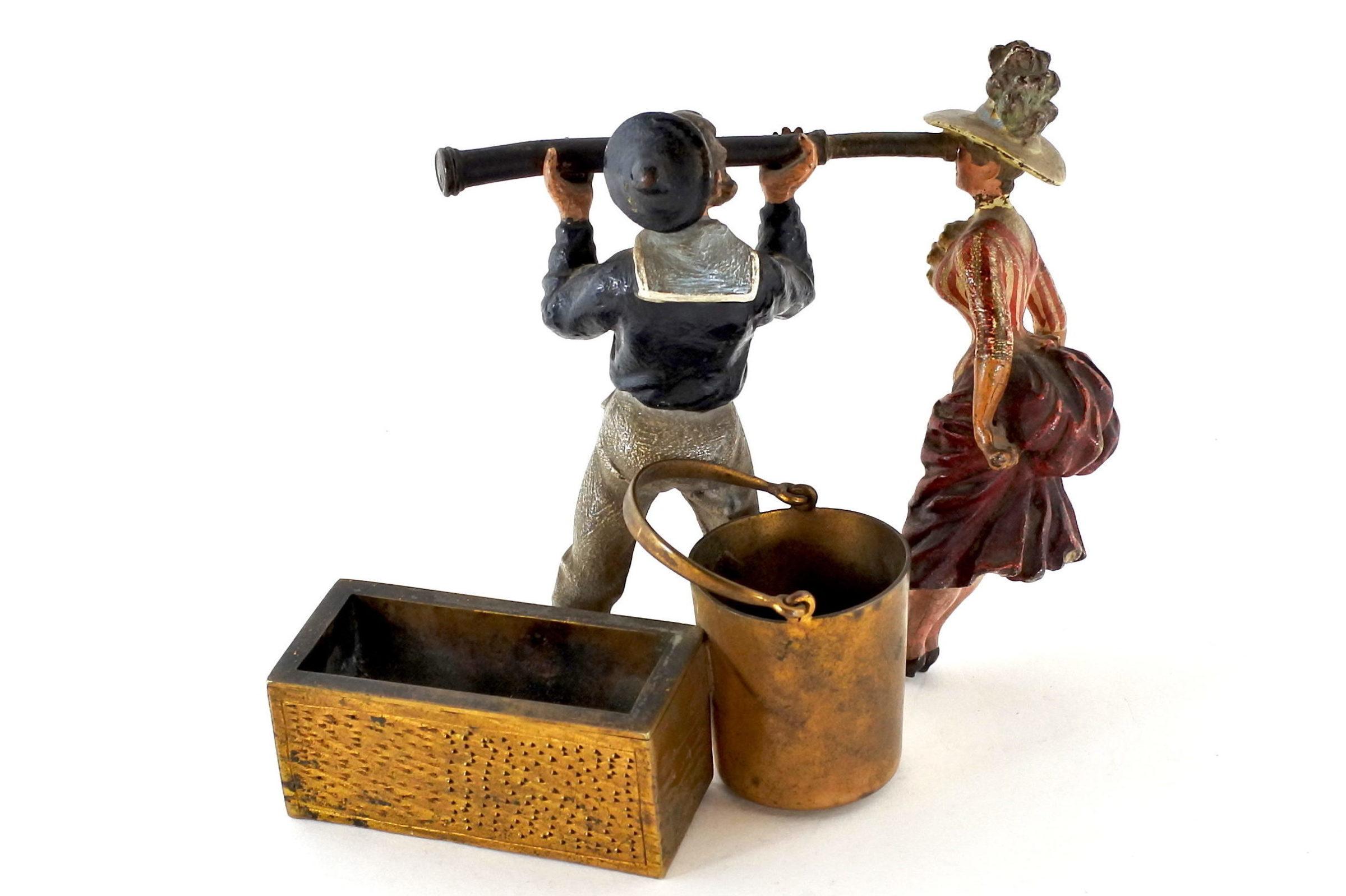 Bronzo di Vienna policromo - Donna con cannocchiale e marinaio - 3