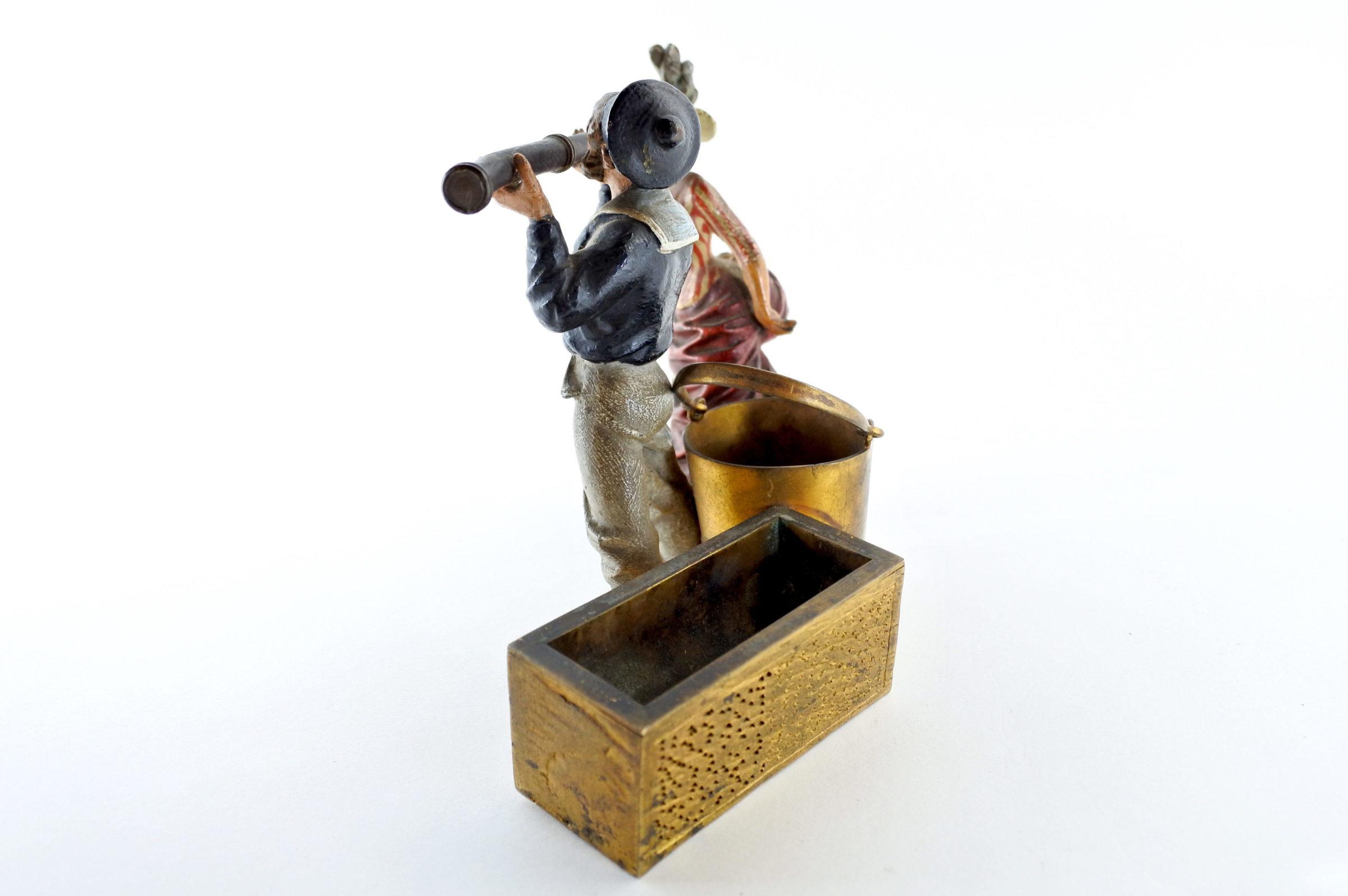 Bronzo di Vienna policromo - Donna con cannocchiale e marinaio - 4