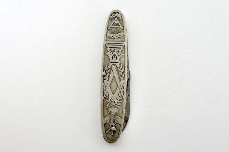 Coltellino massonico in metallo argentato con simbologia varia