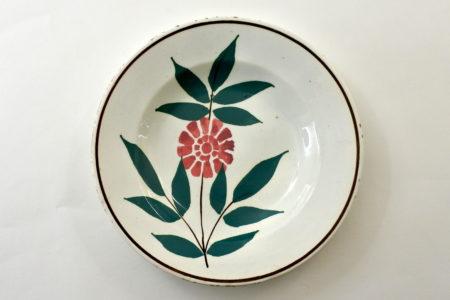Piatto Mondovì rappresentante un ramo con fiore rosso - Gabutti Chiusa Pesio