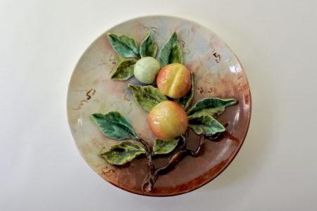 Piatto in ceramica barbotine con ramo di mele e foglie in rilievo