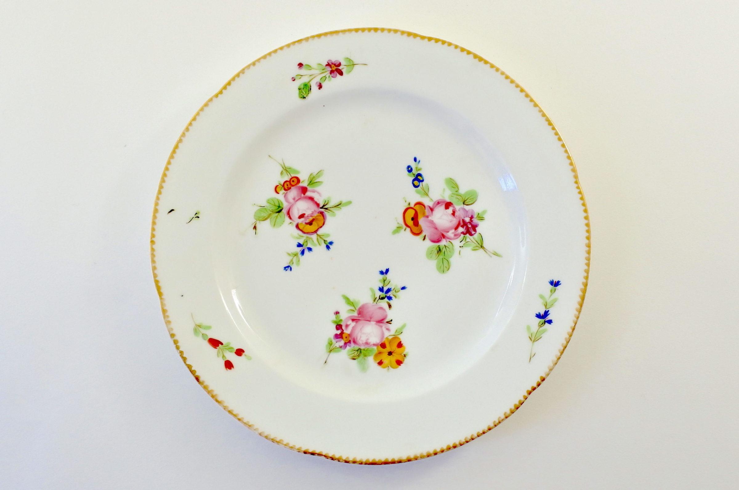 Piatto in porcellana Vecchia Parigi - Vieux Paris con tre mazzetti di fiori