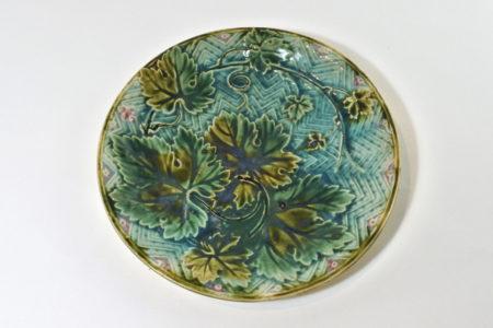 Piatto in ceramica barbotine con foglie di vite
