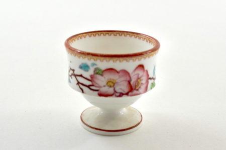 Piccolo portauovo in ceramica bianca con fascia in rilievo