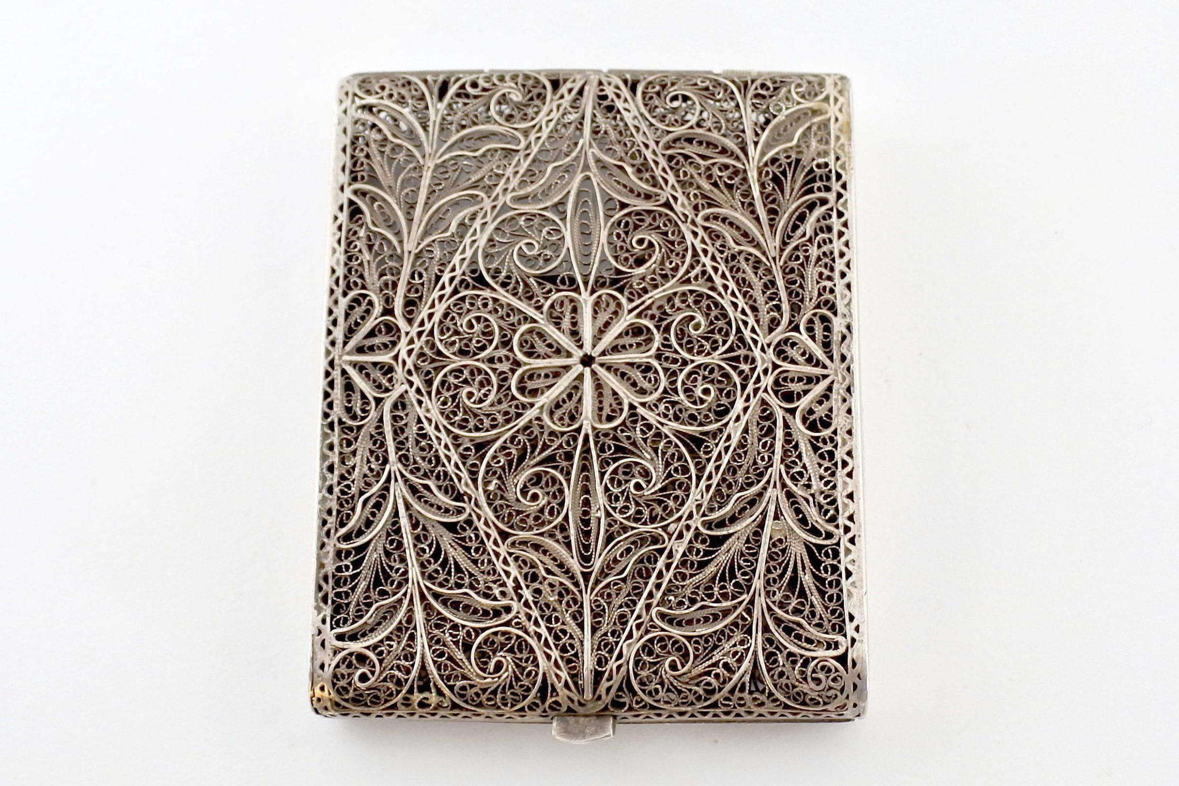 Portabiglietti in filigrana d'argento con decoro floreale
