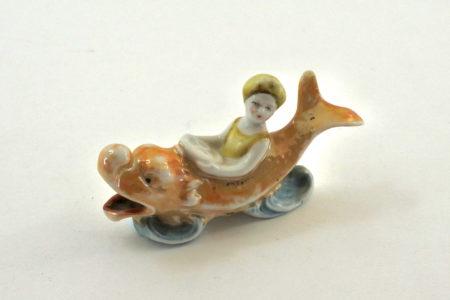Statuina con bagnante su giostra a forma di pesce - baigneuse