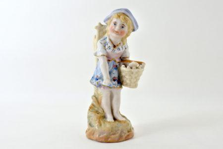 Statuina in ceramica a forma di bambina con gerla