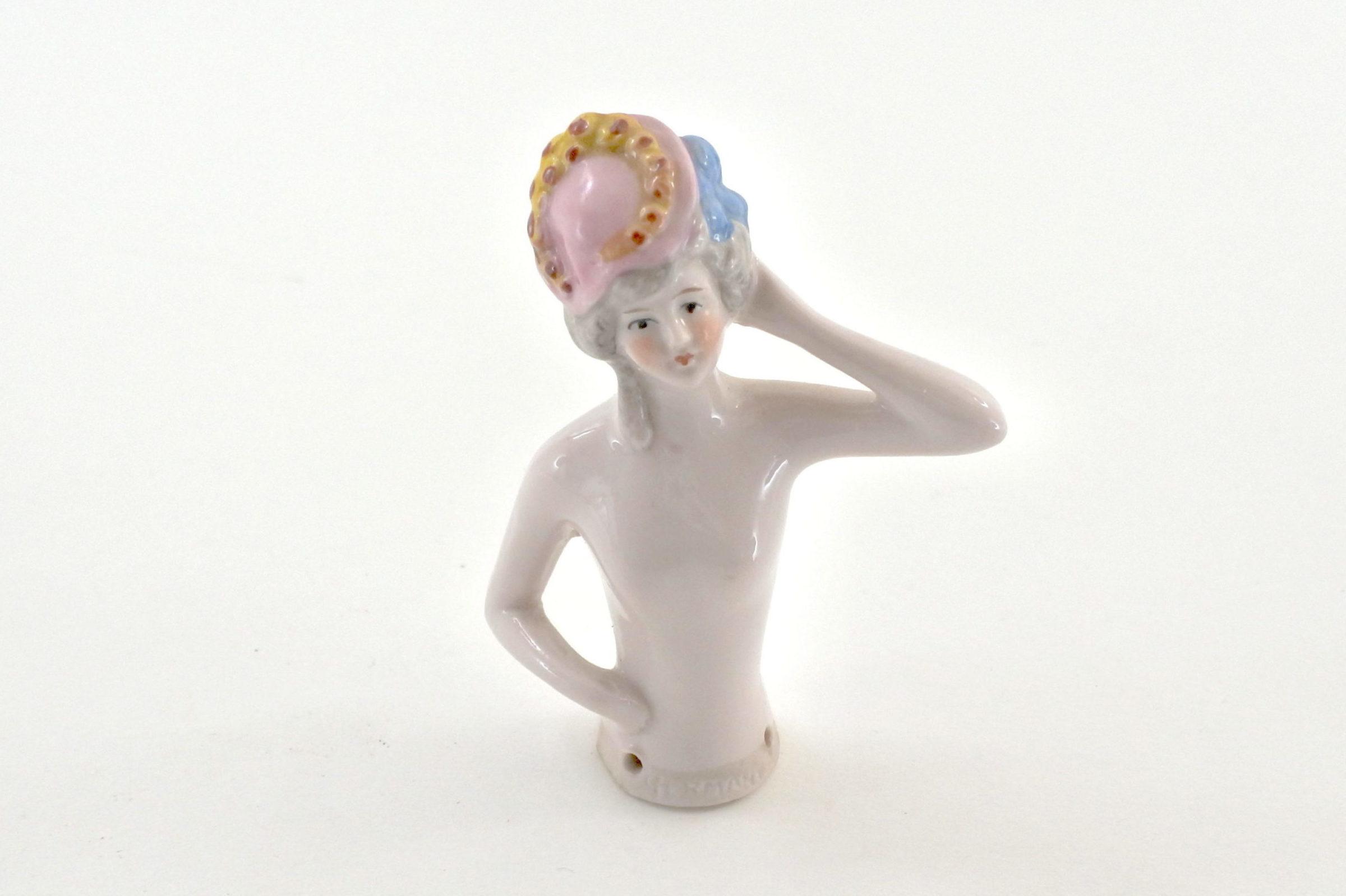 Statuina in ceramica - demi poupée con cappellino rosa