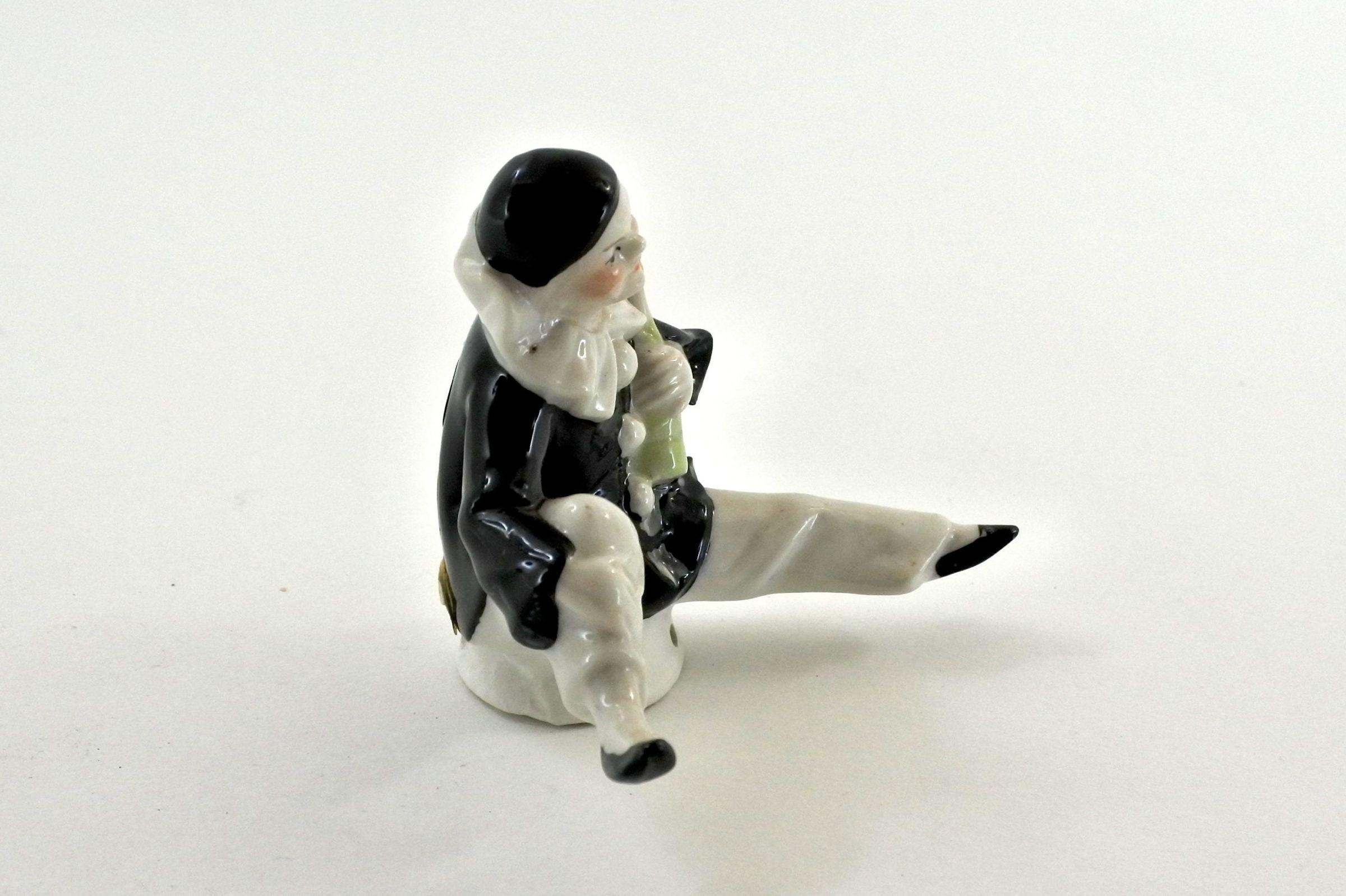 Statuina pierrot in ceramica seduto e con bottiglia in mano - 2