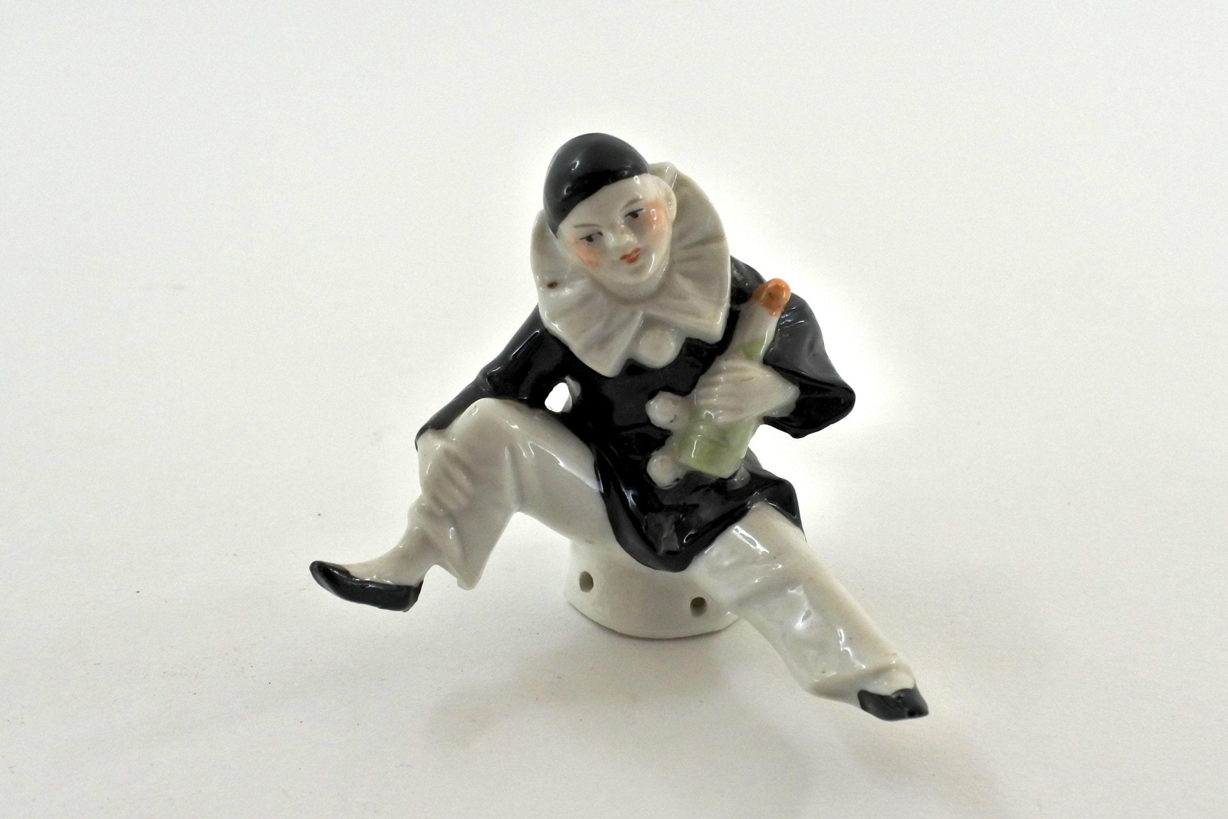 Statuina pierrot in ceramica seduto e con bottiglia in mano