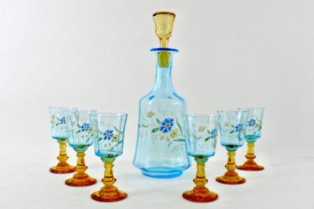 Bottiglia da rosolio con 6 bicchierini in vetro soffiato azzurro e smalti - Legras