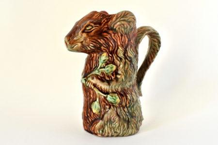 Brocca in ceramica barbotine a forma di scoiattolo con nocciole