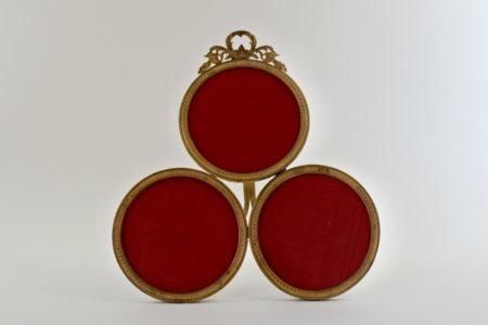 Cornice antica in bronzo dorato con 3 portaritratti circolari