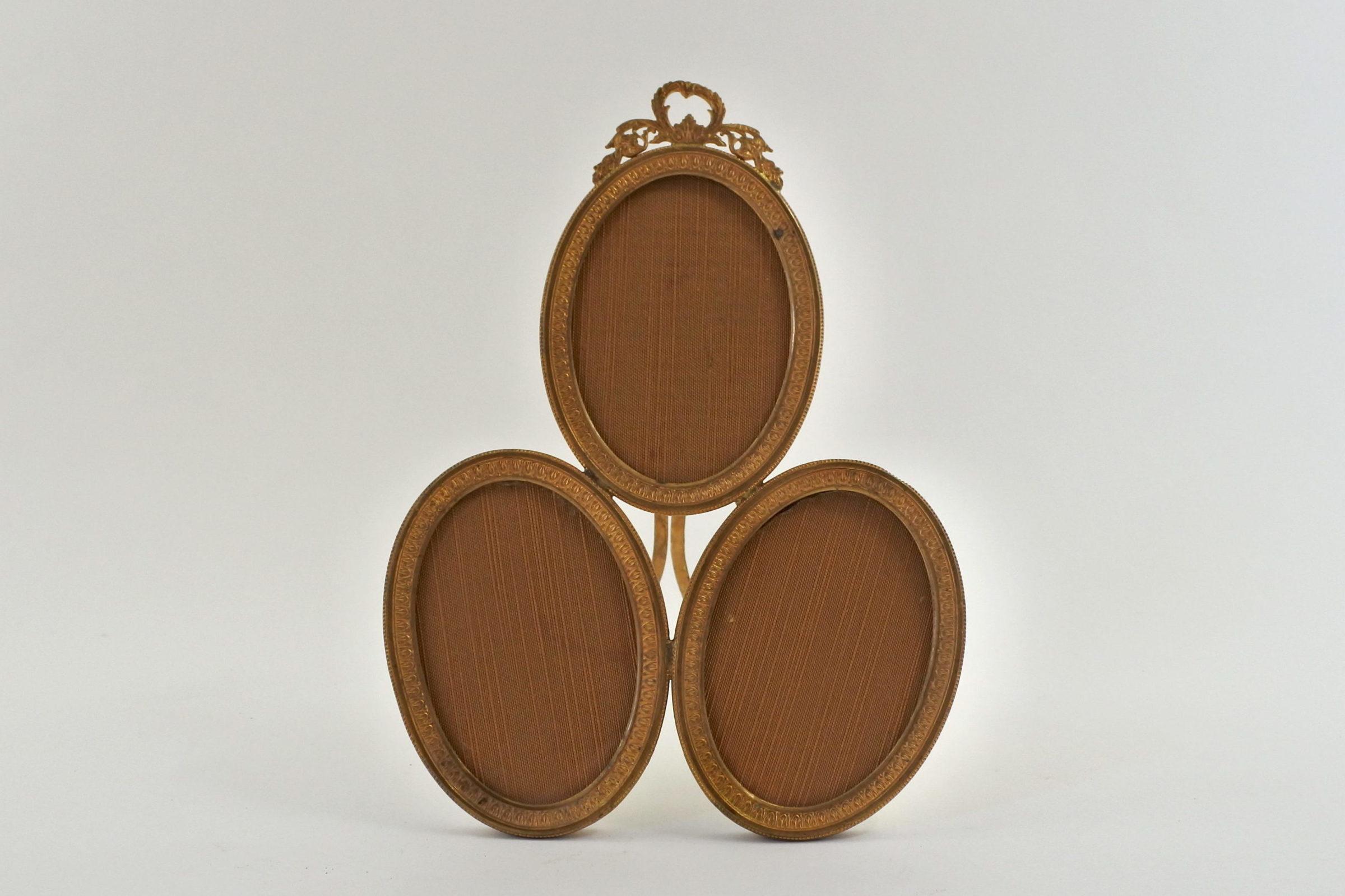 Cornice antica in bronzo dorato con 3 portaritratti ovali