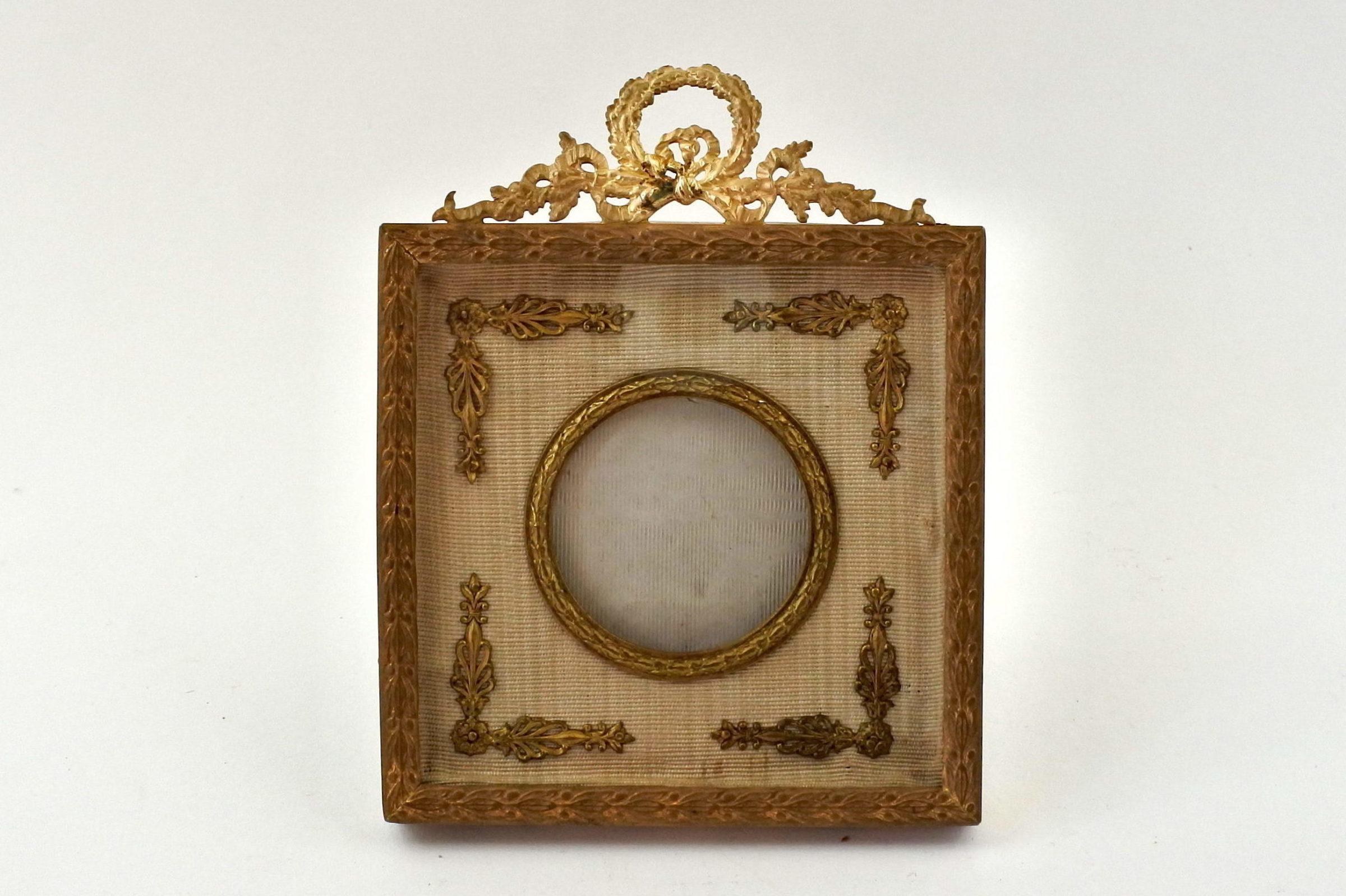 Cornice portaritratti in bronzo dorato di forma quadrata
