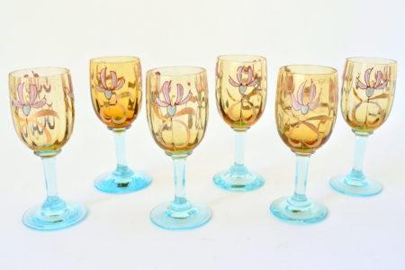 Gruppo di 6 bicchierini in vetro giallo soffiato con piede in vetro azzurro